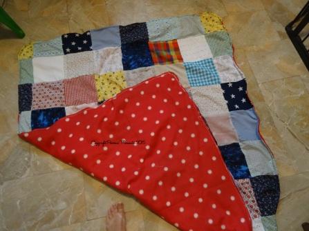 Un côté tout doux avec le plaid polaire... Et l'autre plein d'amour avec le patchwork des carrés offerts <3