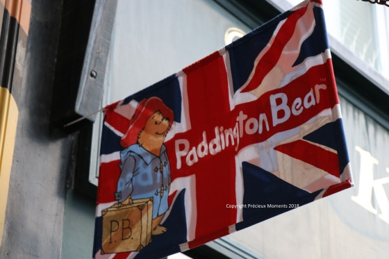 Londres - quartier paddington drapeau anglais ours bear - copyright précieux moments