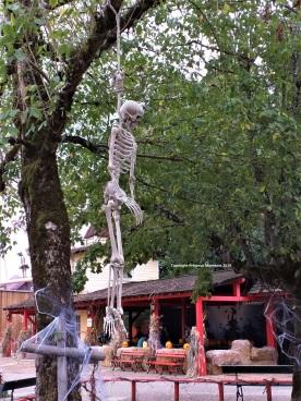 Walibi Halloween décor pendu squelette