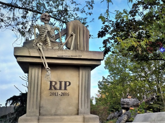 Walibi Halloween tombes cimetiere
